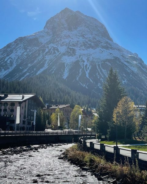 Beautiful autumn days. Our hotel lies unter my favourite mountain in Lech. The Omeshorn and the inspiration...