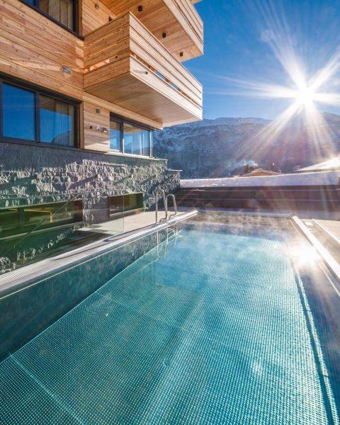Der 32° warme Outdoor-Pool inmitten der zauberhaften Winterlandschaft lädt zum Schwimmen, Planschen und ...