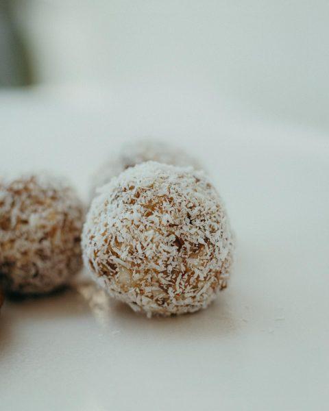 Etwas Süßes und Gesundes zur Kaffeepause: Energie Bällchen aus Nüssen, Ahornsirup und Kokosraspeln ...