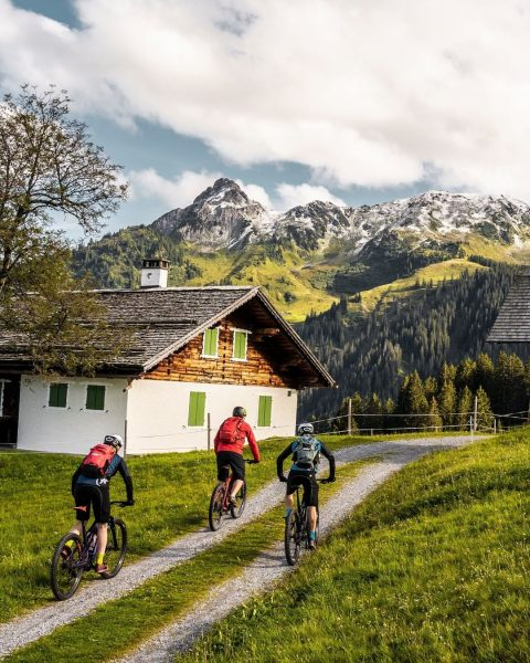 Den Wind im Gesicht spüren, das Adrenalin beim Bergabwärtsfahren, die wundervolle Aussicht… Auf ...