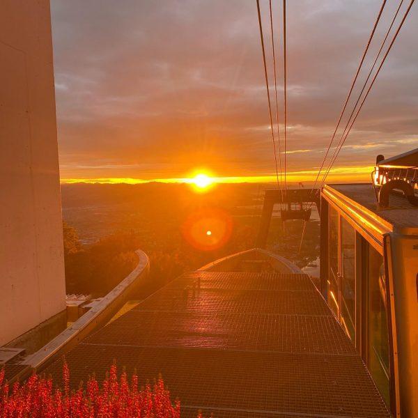Liebe Freunde. Mal Lust auf einen wirklich tollen Sonnenuntergang?🙃😀 Herbstliche Stimmung am Pfänder!!🚠🤗 ...