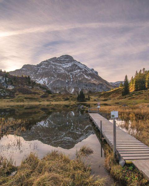 Malerische Wasserspiegelung der Juppenspitze im Körbersee. 📸 Michael Meusburger [@michaelmeusburger] #wandermomente #mountainscape #naturelovers ...